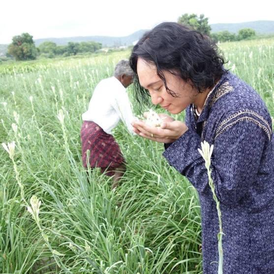 tomoo-inaba-smelling-tuberose